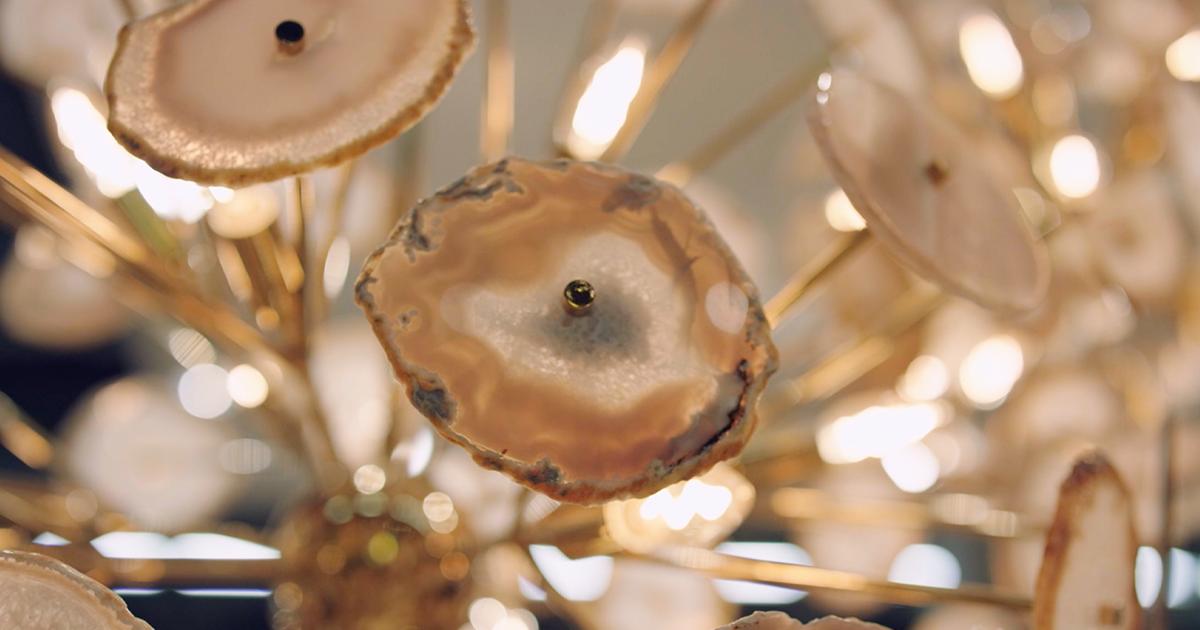 Ein Kronlauchter mit Elementen aus geschnittenem Quarz