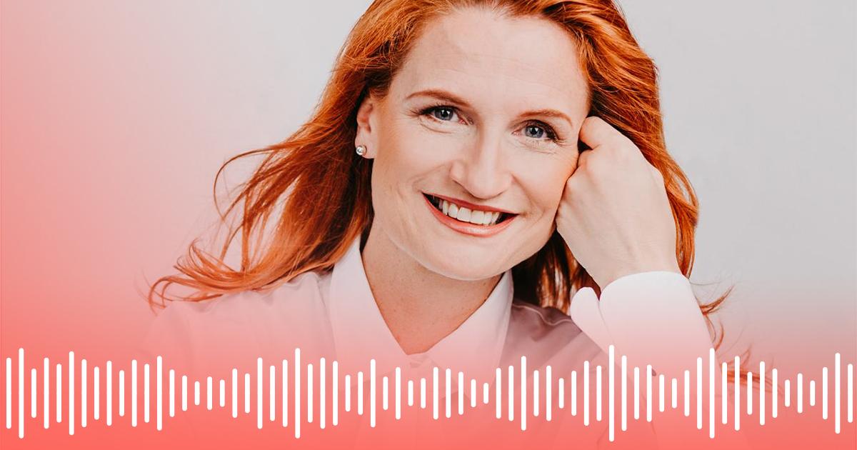 Business Coach und Speaker Katrin Gugl hinter einer weißen Audio-Wellenform