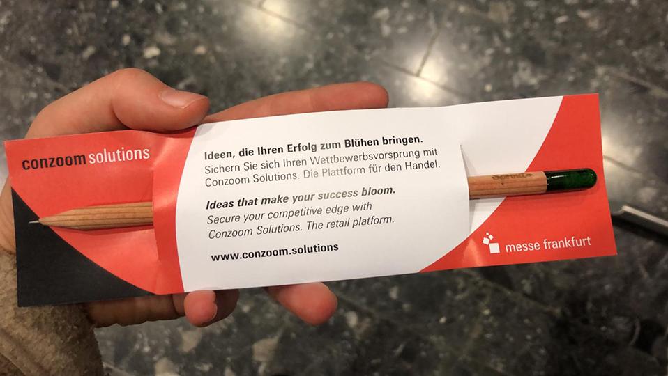 Abgebildet ist ein Sprout Stift, der in eine Papierverpackung eingebettet ist.