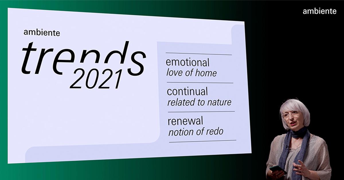 Anetta Palmisano steht vor schwarzem Hintergrund, links neben ihr ist die Keynote Präsentation eingebettet mit der ersten Slide der Ambiente Trends 2021